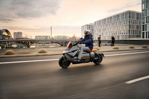 BMW CE 04: el futurista scooter eléctrico de BMW es una realidad con 139 km de autonomía y una pantalla en vez de instrumentos