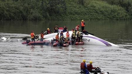 Impresionante vídeo casero de la caída del avión taiwanés accidentado