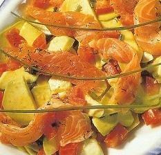 Una ensalada con salmón marinado