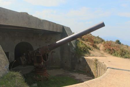 Uno de los cañones que todavía sigue en su emplazamiento original en Punta Lucero (Vizcaya)