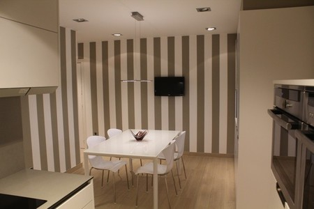 Atrévete con las franjas verticales y el techo a dos colores en la cocina