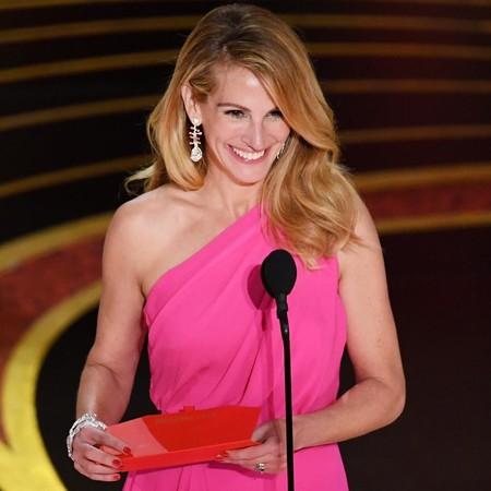 0970e17bf Julia Roberts entrega el Oscar a la mejor película con un maravilloso Elie  Saab rosa
