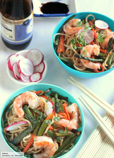 Noodles con langostinos y verduras a la soja, receta ligera para wok