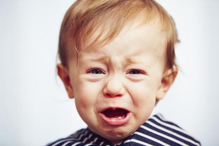 bebé llorando en el coche
