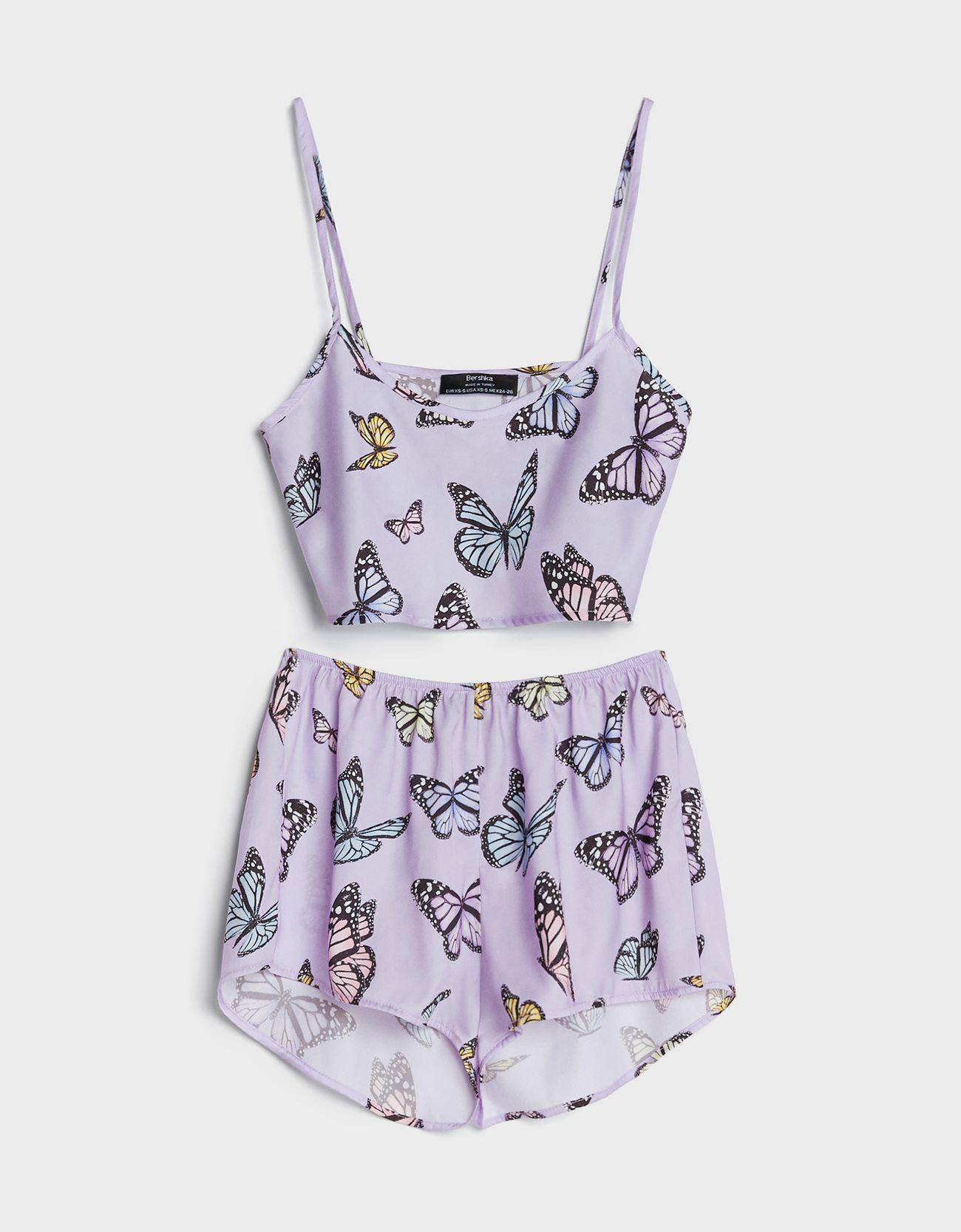 Pijama con estampado de mariposas.