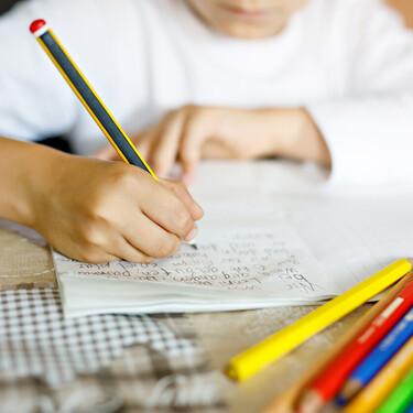 Escribir a mano mejora la memoria de los niños y les hace más inteligentes: estas son las razones