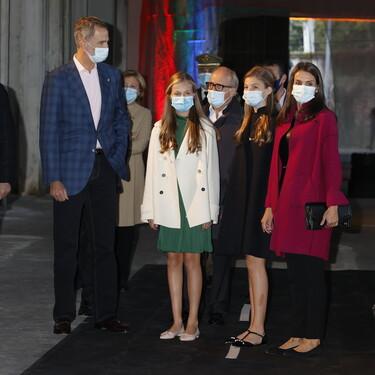 Doña Letizia, la princesa Leonor y la infanta Sofía con abrigos ideales y con calzado plano en la tarde previa a los premios Princesa de Asturias 2020