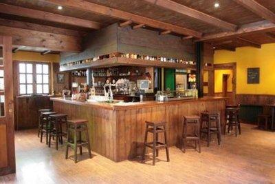 Los españoles debemos vivir dentro del bar de la esquina
