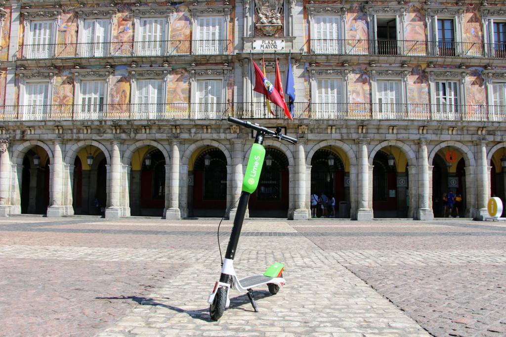 El Ayuntamiento de Madrid da 72 horas a Lime y a otras dos compañías para retirar sus patinetes de la ciudad