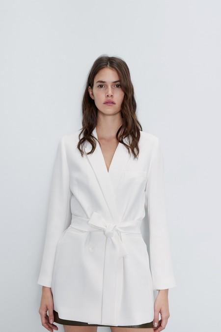 Cinco chaquetas americanas blancas de Zara que están de rebajas y son un básico de armario para todos nuestros eventos atrasados