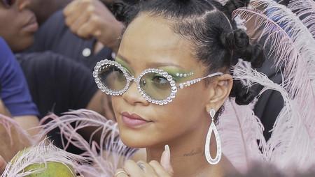 El disfraz de plumas rosas de Rihanna será todo lo que te quieras poner durante los próximos carnavales de tu vida