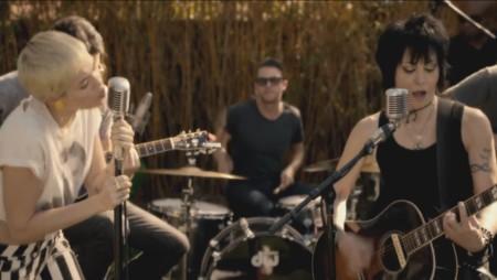 Hasta Joan Jett piensa que merece la pena cantar con Miley Cyrus (por una buena causa)