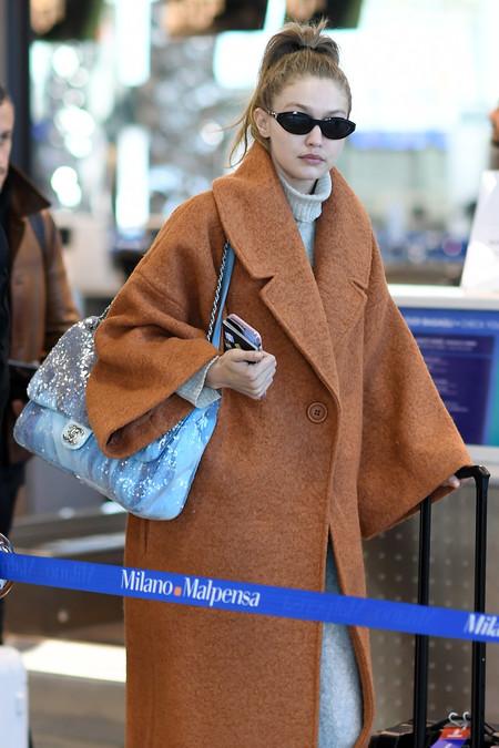Gigi Hadid lleva la moda oversize al extremo en uno de sus últimos looks (de aeropuerto)