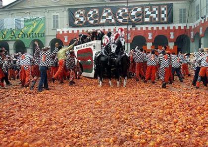 La batalla de las naranjas en Ivrea, Italia