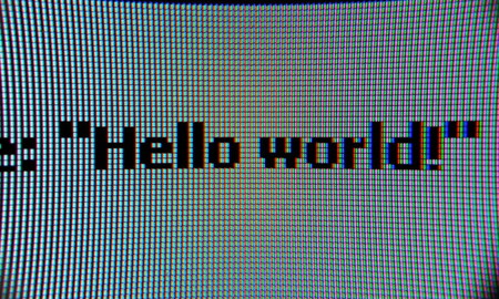 """La polémica en torno al origen del """"¡Hola, mundo!"""": desentrañamos en qué año empezó a utilizarse este ejemplo para programadores"""
