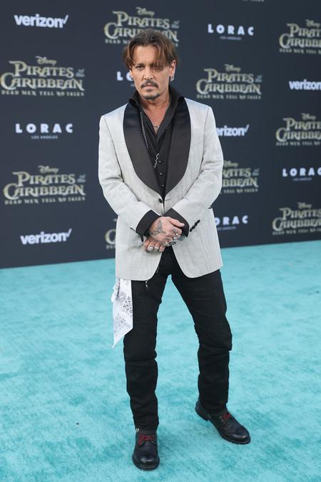 Vistiendo De Tom Ford Y Muy A Su Estilo Johhny Depp Reaparece En Una Red Carpet