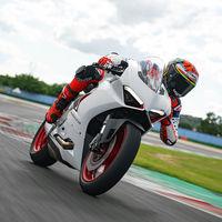 La espectacular Ducati Panigale V2 conserva sus 155 CV, pero ahora luce aún más sugerente en blanco con detalles rojos