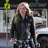 Hilary Duff se anuda la camisa de cuadros a la cadera. ¿Volverá esta estúpida tendencia?