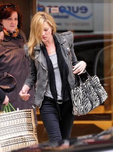 La cazadora que se lleva en primavera es tejana, biker y gris: lo dicen Kate Moss y Jessica Alba