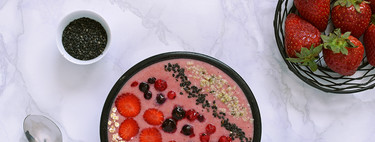 Smoothie bowl de fresas, plátano y queso fresco con avena. Receta saludable