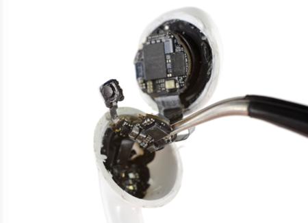 Es increíble lo que cabe dentro de unos auriculares: iFixit desmonta los AirPods