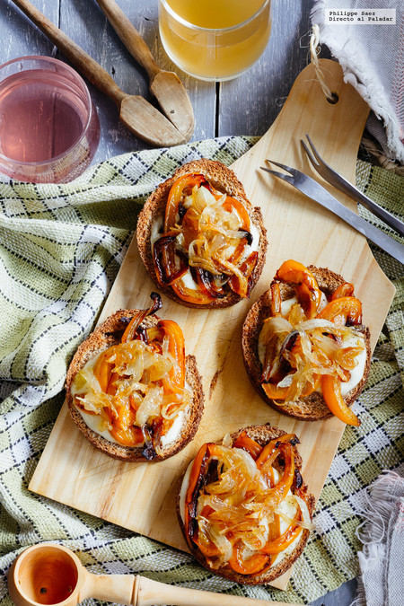 Tostas de pimiento, cebolla caramelizada y mozzarella. Receta de botana