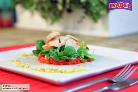 Ensalada de pimientos rojos asados, salmón ahumado con vinagreta de almendras y atún Isabel [videoreceta]
