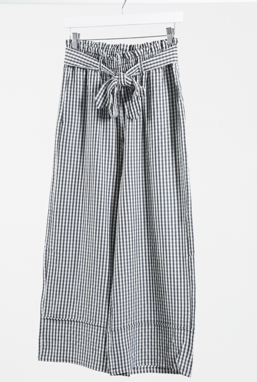 Pantalones de pernera ancha con diseño de vichy en negro de Pimkie