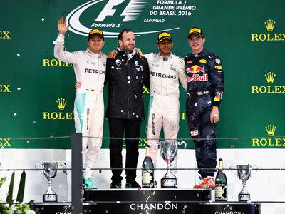 Lewis Hamilton gana en el caos de Interlagos