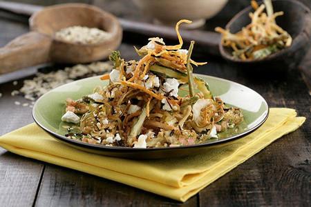 Receta de ensalada crujiente con arroz salvaje y chips de verduritas