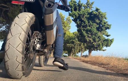 Alguien ha pensado en los que no llegan bien al suelo en moto, y el resultado es esta especie de zueco por 75 euros