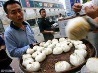 Comida china hecha con cartulina venden en las calles de Beijing