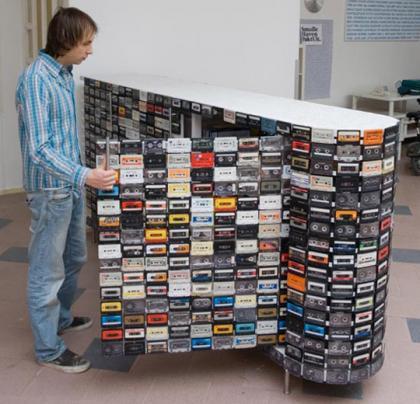 Recicladecoración: Forra tus muebles con cassettes