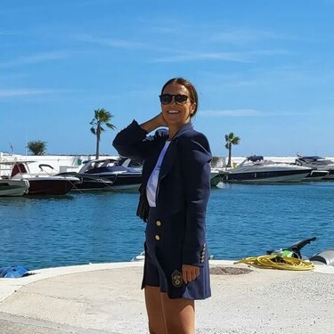Paula Echevarría demuestra que los shorts, combinados con blazer y zapatillas blancas, son un look ideal para el otoño