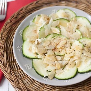 Carpaccio de calabacín y almendras: receta fácil, rápida y deliciosa