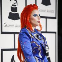 El homenaje a David Bowie de Lady Gaga y otros looks sorprendentes que nos han dejado los Grammys 2016