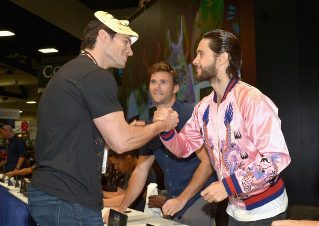 Henry Cavill saluda a Jared Leto en la Comic-Con