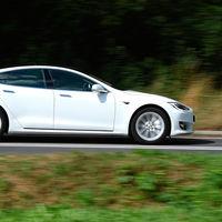 El futuro Tesla Model S de tres motores se pasea por Laguna Seca antes de atacar el Nürburgring
