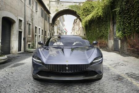 Así se mueve y suena el Ferrari Roma paseando por la ciudad eterna: 620 CV de elegancia deportiva en vídeo