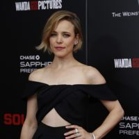 Rachel McAdams apuesta por un 'little black dress' de lo más sensual y ¡lo borda!