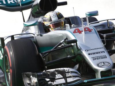 Lewis Hamilton domina la clasificación sin rival en territorio Ferrari
