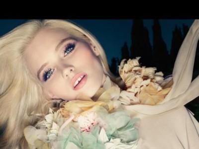 Una canción de Roxy Music, una flor y Abbey Lee Kershaw. Nueva campaña de Flora by Gucci