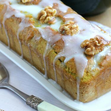 Bizcocho de aguacate con glaseado de yogur y nueces, una receta saludable para desayunar o merendar