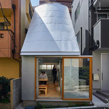 Una mini casa en Tokyo de 19 m2 con un singular tejado curvo diseñado para aprovechar al máximo la luz solar