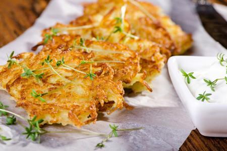 ¿Qué son los latkes? Historia y tradición de un plato esencial de la cocina judía