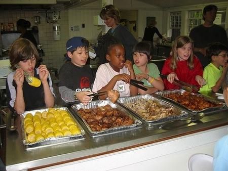 Niños en comedores colegio