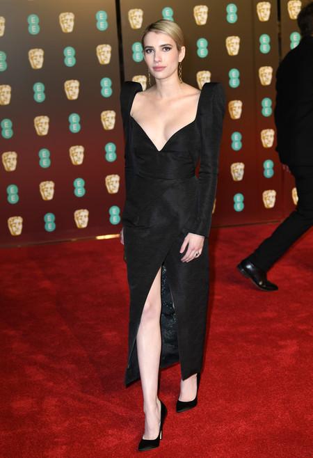 Emma Roberts demuestra que el negro puede ser sexy y clásico a la vez en los BAFTA 2018