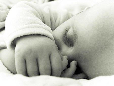 ¿Qué hago? Mi bebé recién nacido duerme pocas horas seguidas