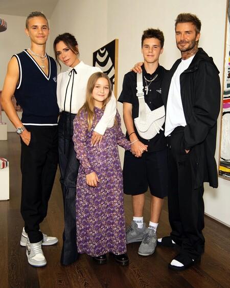 Victoria Beckham Desfile Familia Posado 02