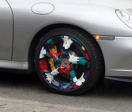 Llantas floreadas en un Porsche